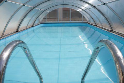 Un abri de piscine pour sécuriser les produits d'entretien à la porté des enfants