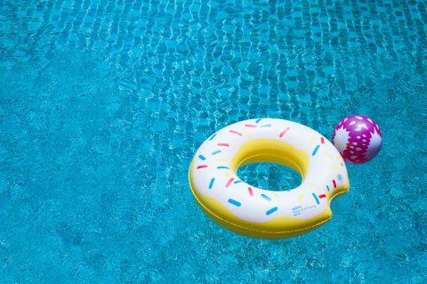 Un abri pour protéger ses affaires de piscine contre le cambriolage